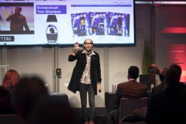 Rafi Albo of Segmarketing delivered the keynote address at Xeikon Café.